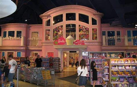 toys r us barbie doll house the famous barbie dollhouse in toys quot r quot us times square toy world pinterest toy