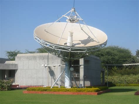 file satellite antenna gandhinagar2 jpg wikimedia commons