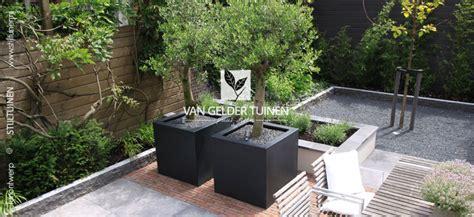 strakke tuin plantenbakken kleine moderne achtertuin met maatwerk plantenbakken van