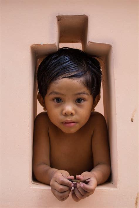 bambino nella bambino nella pagoda di wat phnom viaggi vacanze e