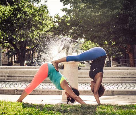 imágenes de yoga con dos personas yoga mujermodayfitness
