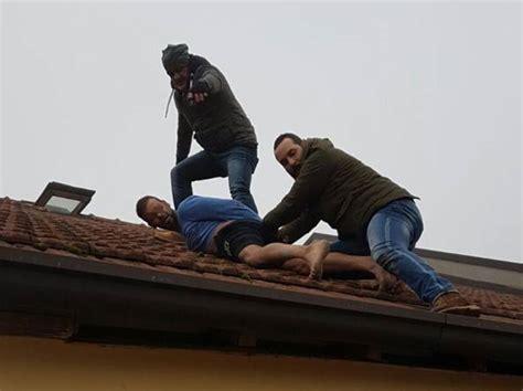 ladri in casa romano blitz contro i ladri in casa fuga a piedi nudi sul