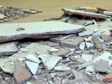 infiltrazioni d acqua dal soffitto crollo a scuola infiltrazioni d acqua all asilo tre