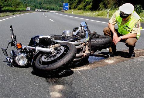 Motorradunfall Helm by Keine Scheu Vor Erster Hilfe Helm Ab Nach