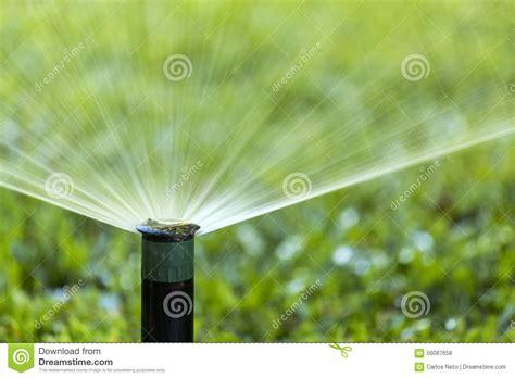 pelouse de arrosage de jet de syst 232 me d irrigation de jardin photo stock image 56087658
