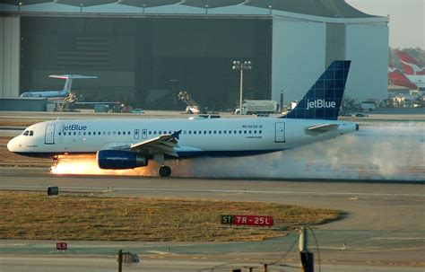 landing in las vegas commercial aviation and the of a tourist city shepperson series in nevada history books file jetblue292landing jpg