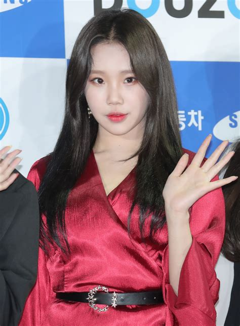 hair black momoland s jooe dyes hair black for the time