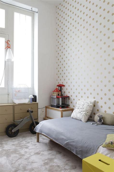 decorar dormitorios con paredes de lunares dorados