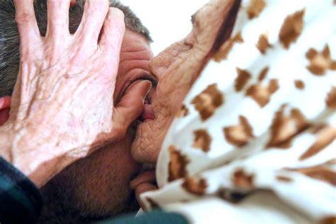 Keajaiban Air Sembuhkan Penyakit jilat bola mata wanita ini klaim dapat sembuhkan