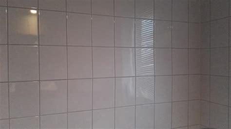 tegels opnieuw voegen badkamer losse tegels in badkamer opnieuw vastzetten en voegen