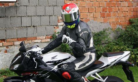 Enduro Motorrad Für Kleine Frauen by Testbericht Honda Cbr600rr Und Honda Cb1000r Speedladies