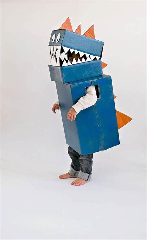 Fotos De Disfraces De Reciclaje Para Nios   disfraz de dinosaurio hecho de cart 243 n reciclado para