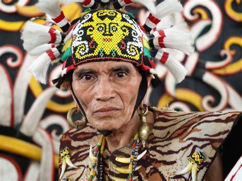 Foto Baju Adat Dayak potret adat dayak kenyah di desa pang samarinda wira nurmansyah