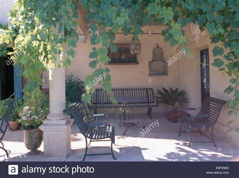 veranda landhaus alte schmiedeeiserne b 228 nke auf schattigen veranda des
