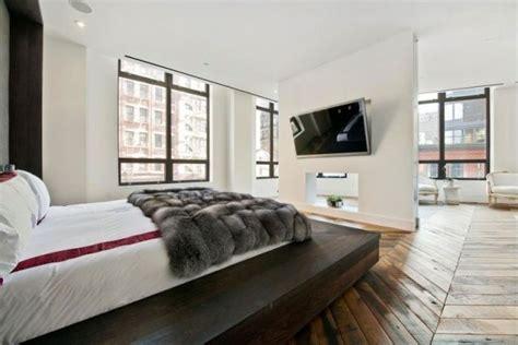 schlafzimmer ideen mit halbhö wand schlafzimmer design offen parkettboden bett plattform tv