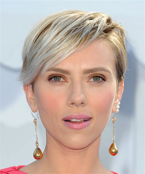 why scarlett johansson cut hair scarlett johansson short straight casual hairstyle light
