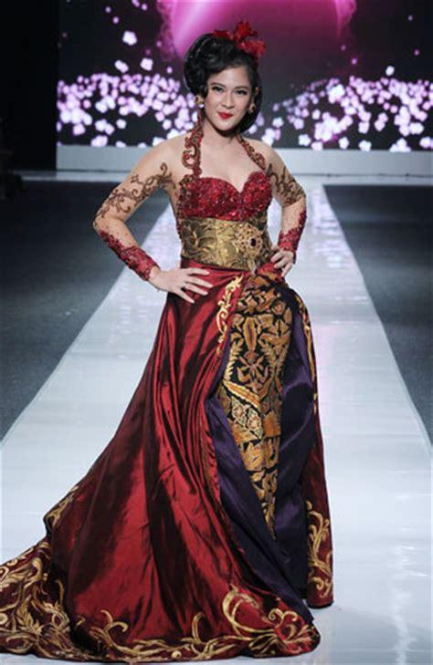 Batik Fashion Wanita Smash Pevita 10 selebriti di panggung jakarta fashion week 2013