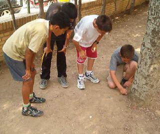 imagenes niños jugando a las canicas pitos canicas