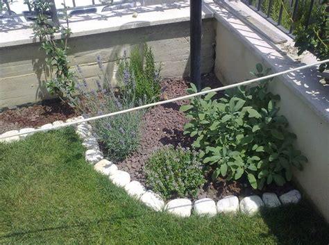 aiuole da giardino con sassi sassi e pietre da giardino design casa creativa e mobili