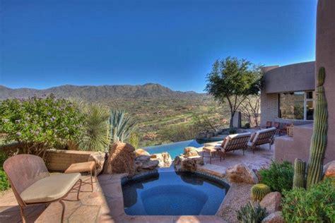 terrasse piscine et jardin exotique dans une maison design