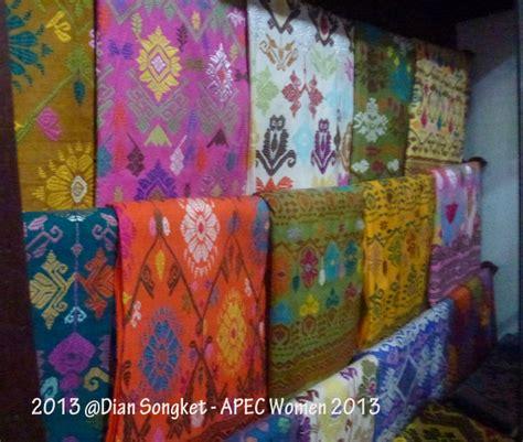 Mukenah Songket Premium Bali 1 tenun songket bali budaya dan tradisi yang menambah cantik indonesia oleh christie damayanti