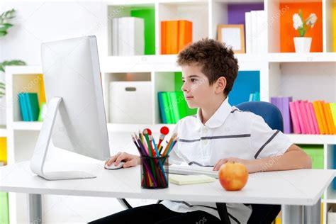 imagenes niños usando computadoras ni 241 o usando computadora foto de stock 24889363