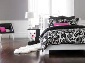 Black White Pink Bedroom Accent Couch And Pillow Ideas For A Cool Contemporary Home