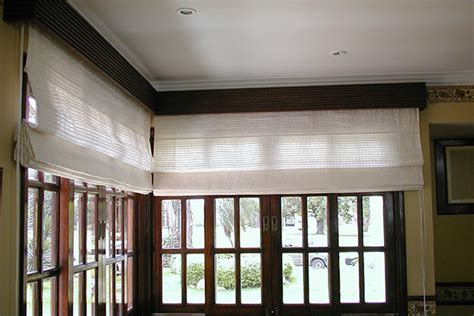 cenefas madera romana con cenefa de madera cortinas y persianas