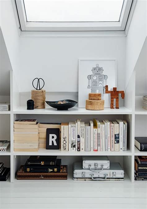 scaffali libri scaffali sotto finestra libri alla luce design