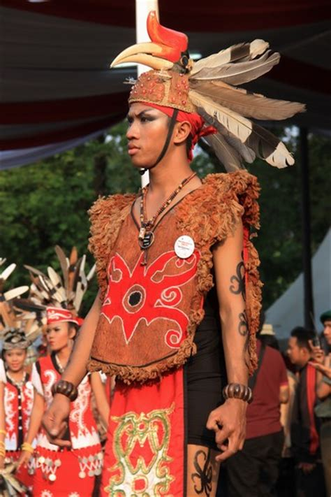 Foto Baju Adat Dayak warna warni budaya dalam karnaval nusantara hut ke 68 ri indonesiakaya eksplorasi budaya