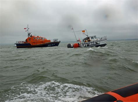 sinking wake boat 7 rescued from twin wakes as boat starts sinking in the