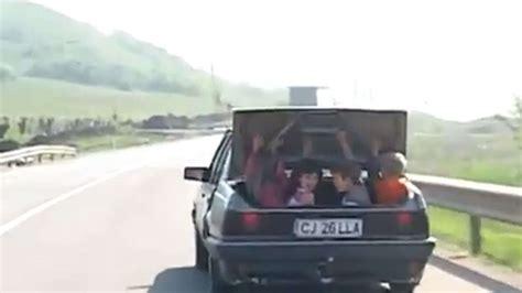 Kinder Im Auto Transportieren by Auto Transportiert Vier Kinder Im Kofferraum Auto