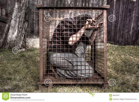 lotta in gabbia uomo in gabbia immagine stock immagine di prigione mano