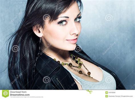 mujer con el pelo negro largo sano lujuriante foto de muchacha larga sonriente del pelo negro imagen de archivo
