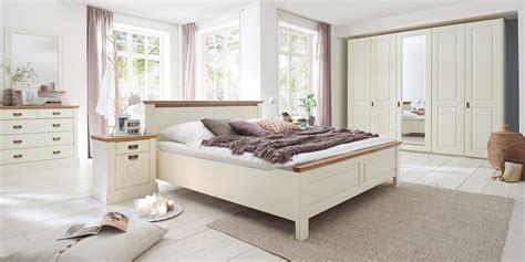 Massivholzmöbel Badezimmer by Wohnzimmer Wand Grau Auf Gelb