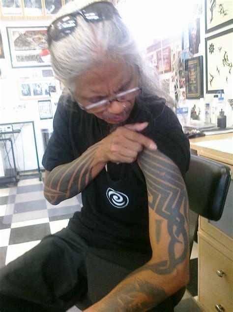 tribal tattoo leo zulueta file leo zulueta legendary tattooist jpg wikimedia commons