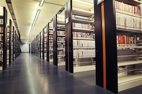 scaffali per biblioteche libri sugli scaffali in biblioteca scaffali per libri