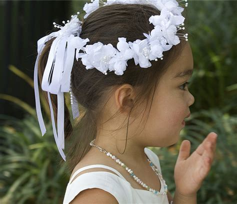 Flower Hairstyles With Headband by Traditional Flower Hairstyle Ideas With White Floral