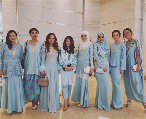 Baju Bridesmaid Gold bukan kebaya gaun bridesmaid di nikahan 15 seleb ini simpel banget