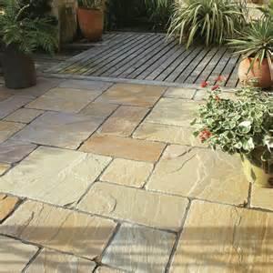 backyard flooring options steinplatten f 252 r terrasse verlegen terrassenplatten