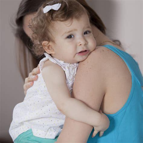Gendong Bayi 4d anak tak mau lepas dari orang tua