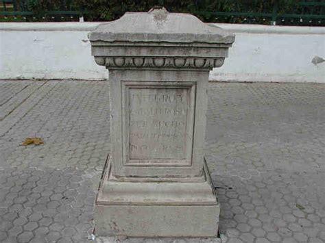 el pedestal de las estatuas el pedestal sin estatua