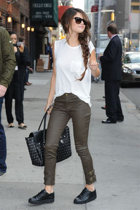Kaos Selena Gomez 11 trend to try casual chic fashion