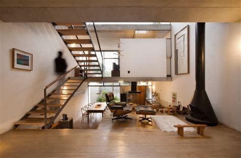 little house in the big d living room layout changes 경사지 스킵플로어 하우스 apiac 225 s arquitetos juranda house