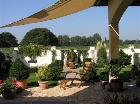 gro e terrasse gem tlich gestalten terrasse mediterran garten terrasse mediterran kunstrasen