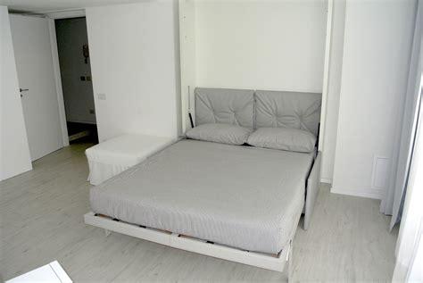 persone fanno l nel letto appartamenti di stile nel cuore di