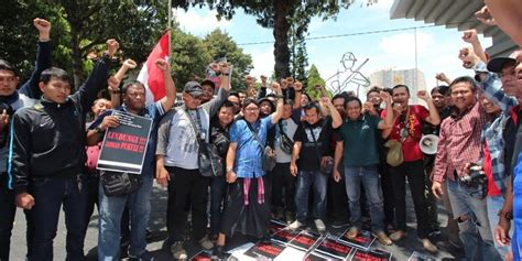Tv Tabung Di Kediri kutuk penganiayaan koresponden net tv wartawan demo di tmp kediri