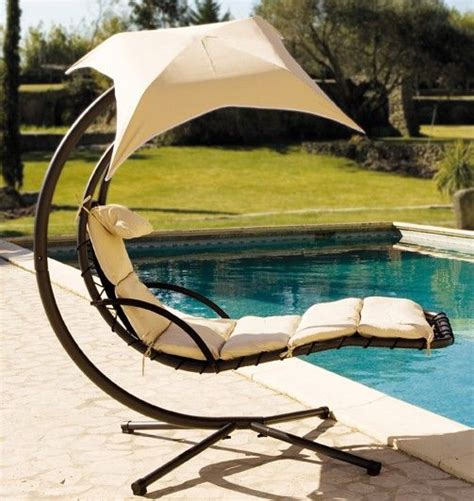 hängesessel beige chaise suspendue celest avec ombrelle beige au jardin