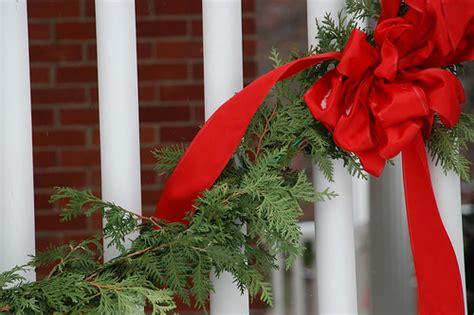 come appendere una ghirlanda alla porta ghirlande natalizie per addobbare la porta di casa