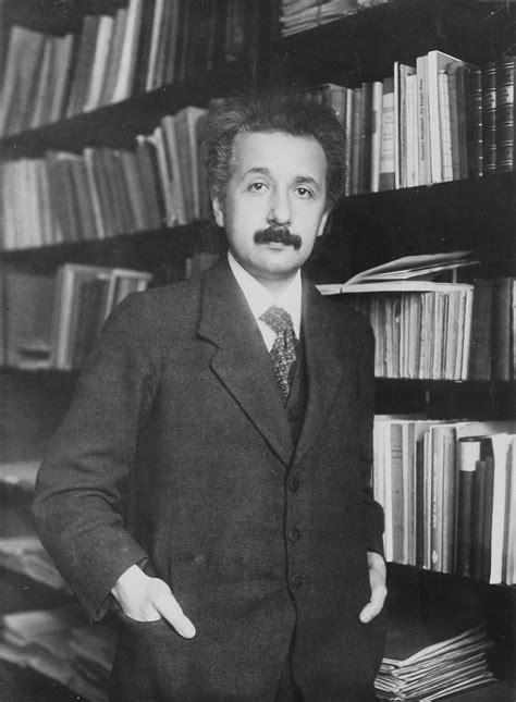 biography albert einstein resumen file 08608 einstein 1916 jpg wikimedia commons